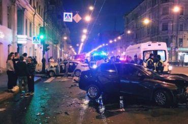 Лобовое столкновение наЛитейном устроили таксисты