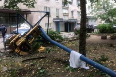 Строительный кран рухнул водвор скрыши девятиэтажки