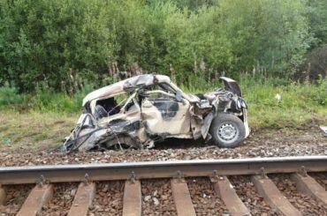Пассажирский поезд сбил «Ниву» вЛенобласти