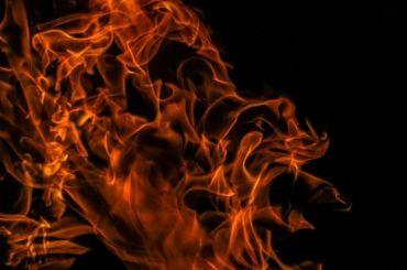 Жильцов горящего общежития вКировске вытаскивали изокон