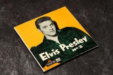 Доллар савтографом Элвиса Пресли иего пластинку продают вПетербурге