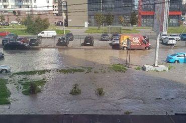 После прорыва трубы затопило дорогу наОптиков