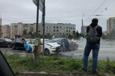 Авария спострадавшими собирает пробку наДальневосточном