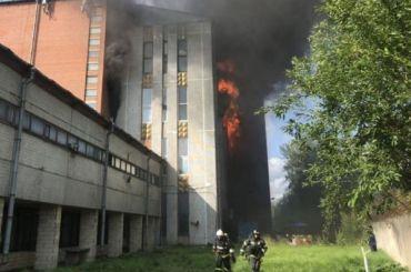 Горящее здание наСкладской тушат спомощью вертолета