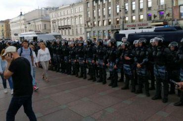 Два человека остаются вотделах полиции после акции уГостиного Двора