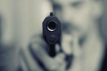 Разбойник спистолетом вынес из«Связного» наКомендантском 120 тысяч рублей