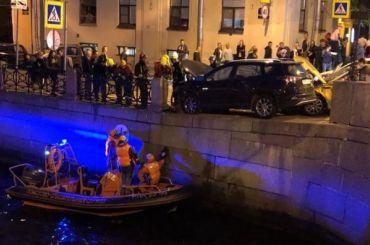 Пешеход вылетел вМойку из-за аварии стакси нанабережной
