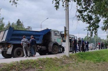 КамАЗ протаранил маршрутку спассажирами вСертолово