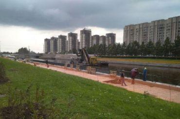 Василеостровцы борются сзабором наНовосмоленской набережной