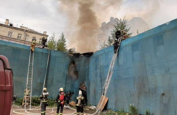Заброшенное здание полыхает наулице Ефимова
