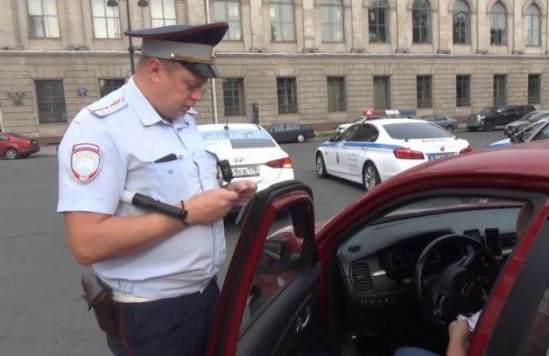 Полиция проверила работу сотни таксистов вцентре Петербурга