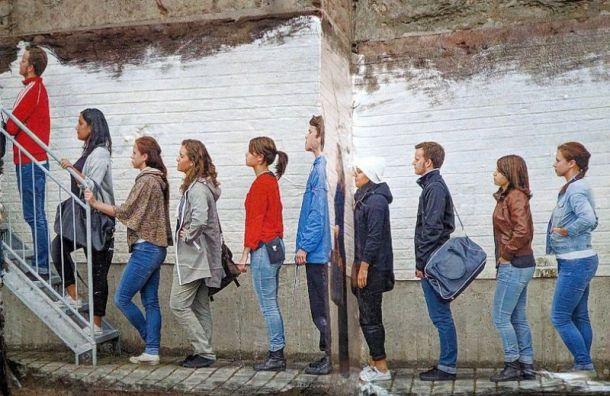Художник посвятил стрит-арт очередям зафинскими визами