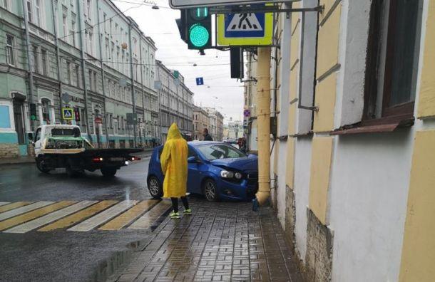 Вцентре Петербурга автомобиль протаранил стену жилого дома