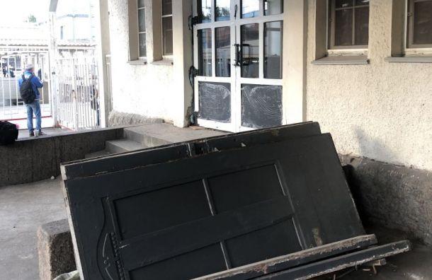 РЖД заменила исторические двери на«Удельной» напластиковые