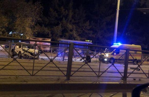 Каршеринг разбился обограждения наулице Дыбенко