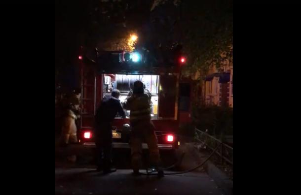 Пожарные спасли старушку изгорящей квартиры наВаршавской