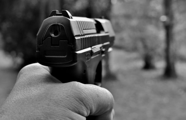 Пьяный мужчина расстрелял изтравматического пистолета своих друзей
