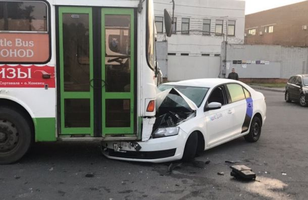 Пьяный водитель каршеринга угодил под припаркованный автобус вОбухово