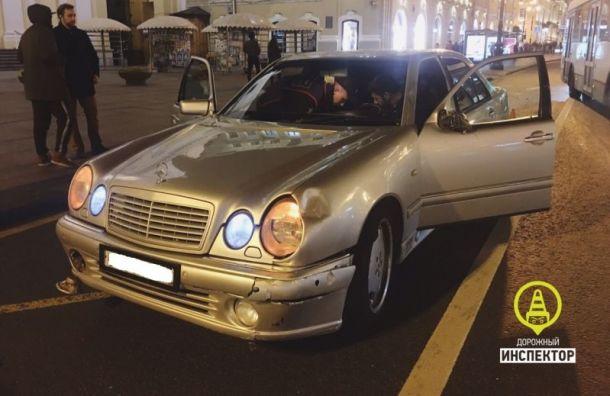 Mercedes сбил 30-летнюю женщину наНевском проспекте