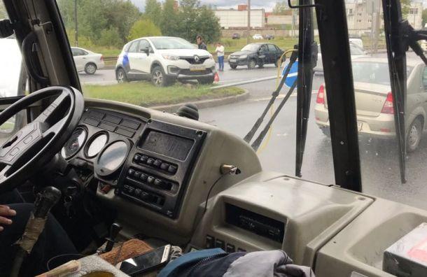 Водитель каршеринга непонял значение дорожного знака исбил его