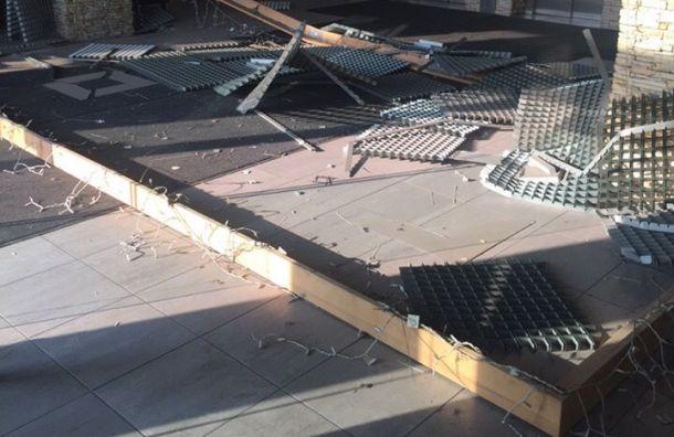 Подвесной потолок рухнул надевушку вБЦ наПетроградке