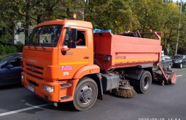 Петербург в2019 году закупил уборочную технику на3 млрд рублей