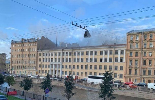 Рядом сМариинским театром загорелся дом
