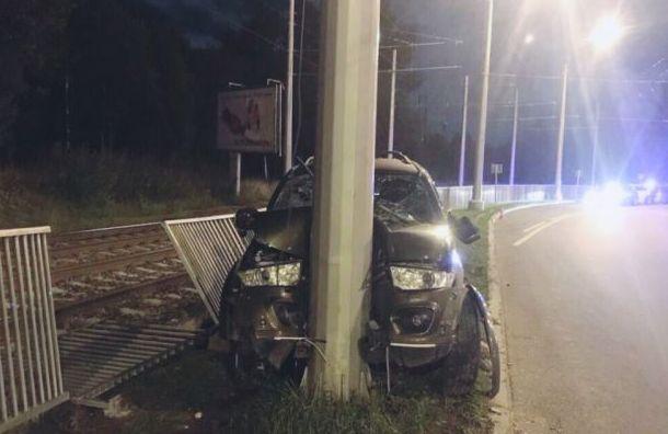 Иномарка врезалась встолб напроспекте Косыгина