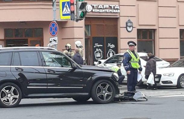 Иномарка сбила пешехода и врезалась в кафе на Васильевском