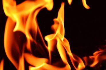 Пожарные вытащили двоих человек изгорящей квартиры вгороде Кудрово