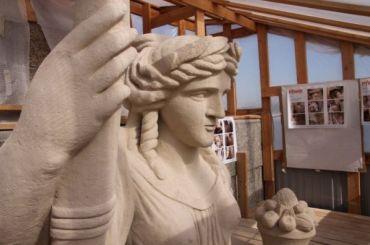 Скульптуры Ростральных колонн откроют донаступления холодов