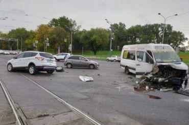 «Форд» врезался вмаршрутку вКрасносельском районе