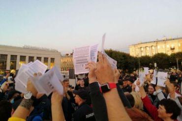 Полиция пыталась изъять листовки уучастников митинга зачестные выборы