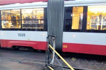 Трамвай потерял токоприемник напроспекте Испытателей