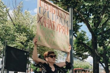Одиночные пикеты вподдержку сестер Хачатурян прошли вПетербурге