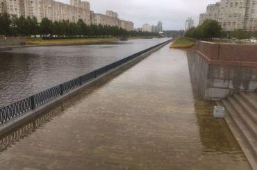 Новосмоленскую набережную затопило после дождей