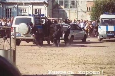 ОМОН провел показательные задержания перед петербургскими школьниками