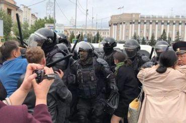 Силовики подрались слюдьми наакции заотмену выборов вБурятии