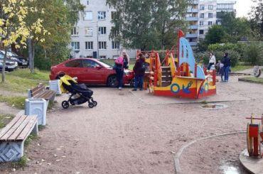 «Перепутала педали»: автомобиль заехал надетскую площадку вПетербурге