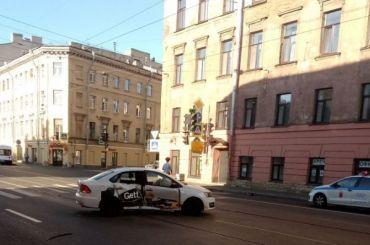 Мотоциклист пострадал после столкновения стакси наРижском
