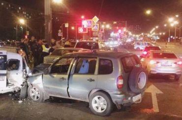 Два человека пострадали вмассовом ДТП наюге Петербурга