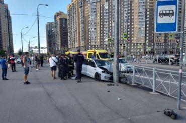 Легковушка вылетела натротуар исбила двух пешеходов наПарнасе