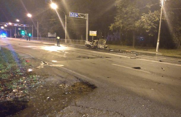 BMW загорелся после столкновения савтобусом вПетергофе