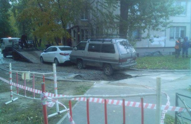 Разверзшийся асфальт едва непоглотил иномарку наМаршала Тухачевского