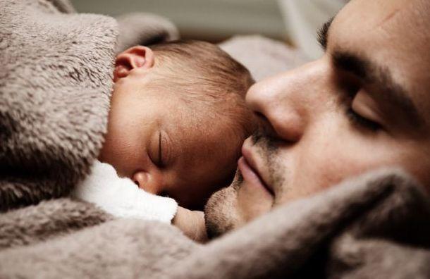 Пьяный мужчина заснул наулице смаленьким ребёнком наруках