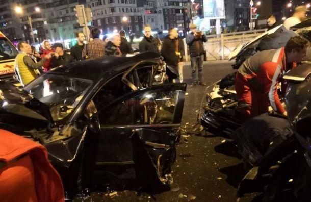 Два человека пострадали вмассовой аварии вПриморском районе