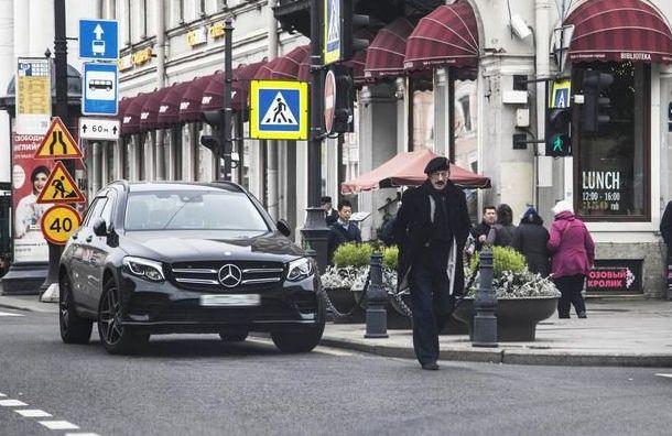 Д'Артаньян плюет наПДД: Боярский припарковал свой Mercedes наНевском