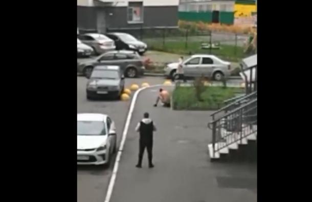 Жители города Кудрово заметили полуголого мужчину с перерезанным горлом