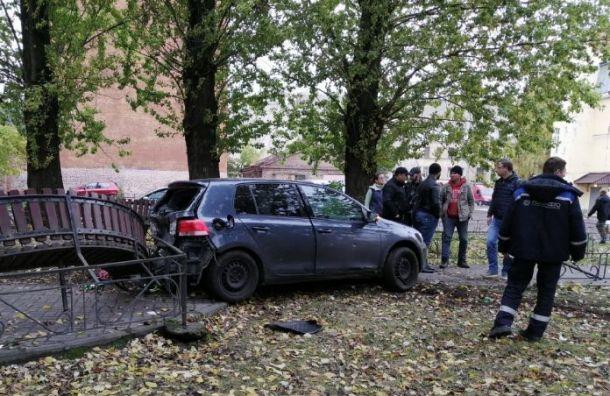 Volkswagen занесло всквер наВасильевском острове