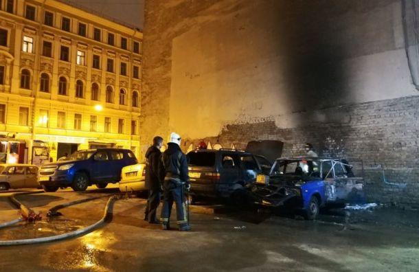 Две машины сгорели ночью наХерсонской улице